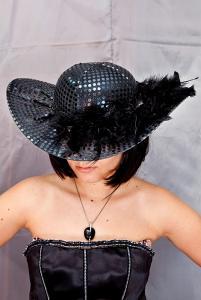 Шляпа с перьями